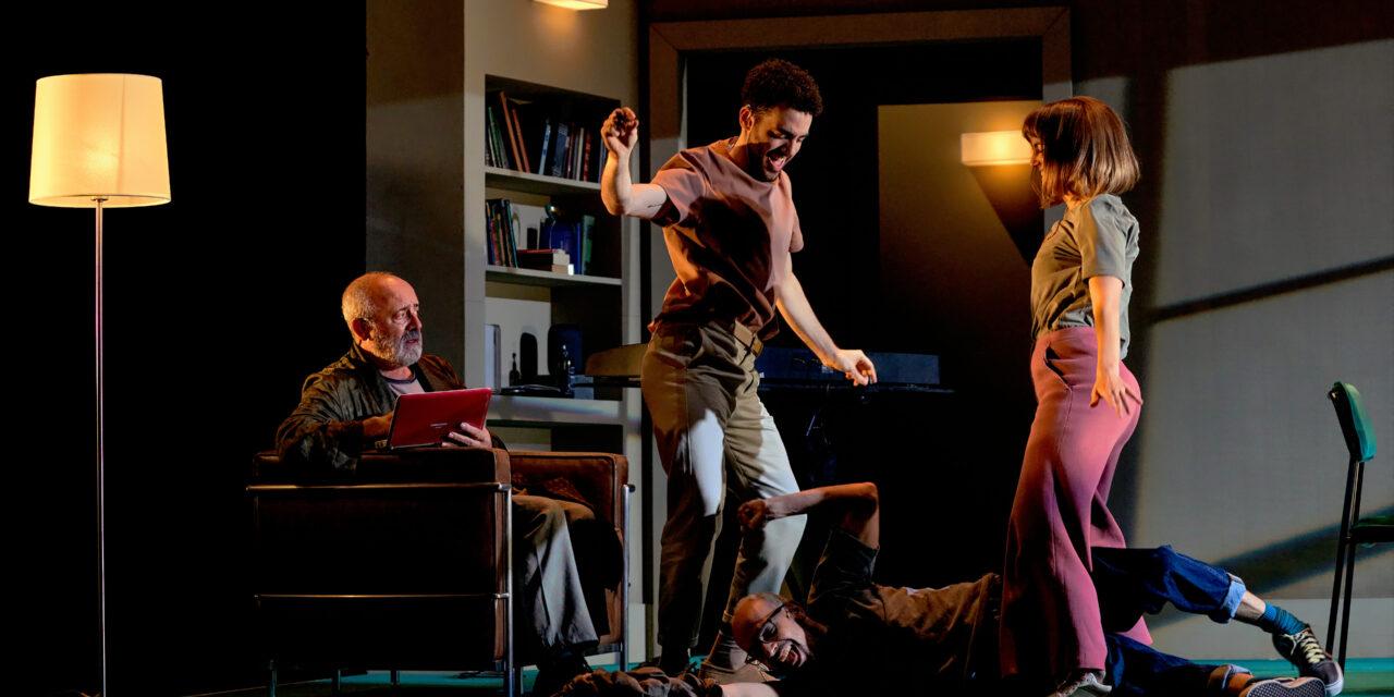 El Centro Dramático Nacional estrena 'Tribus', una pieza que lleva a escena la sordera para hablar de comunicación